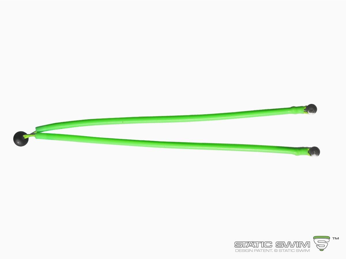 Ingénieuse, la longueur de la fixation pour plage en dur STATIC SWIM™ s'ajuste très facilement aux dimensions de votre margelle : la position du stopper (boule noire) est réglable par un simple nœud. Les excédents de corde et de gaine sont coupés.