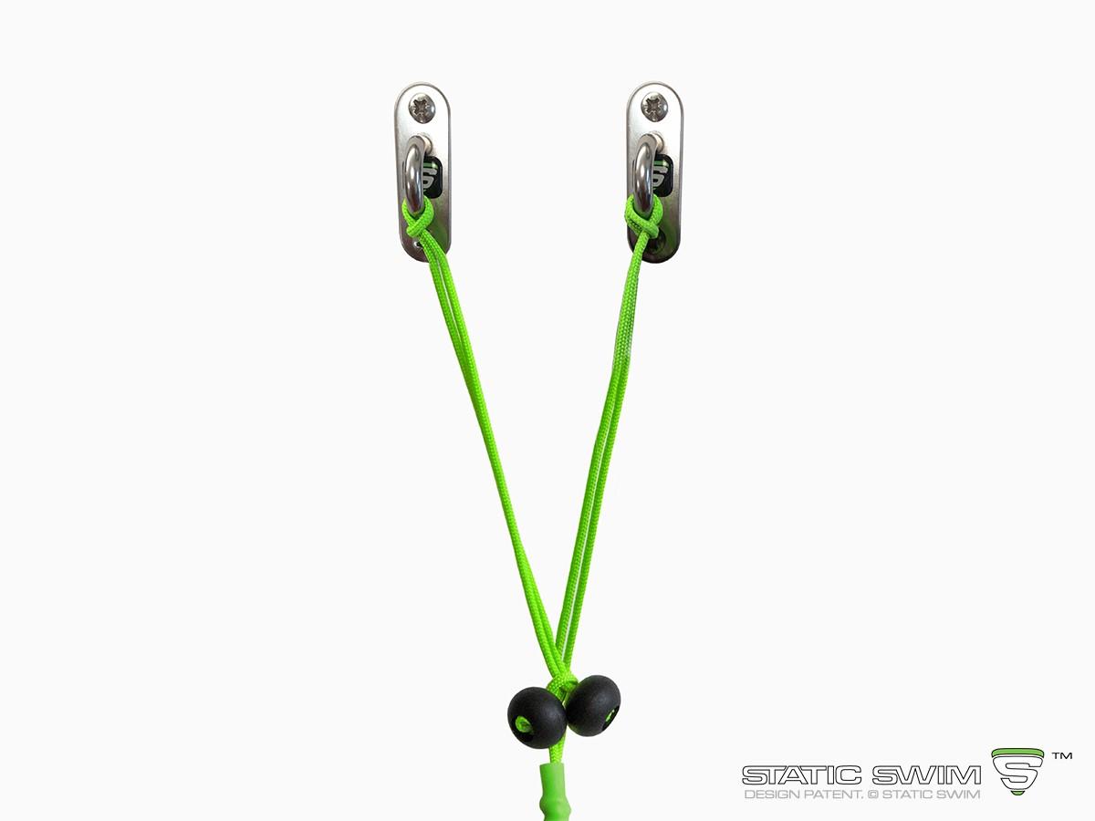Ingénieuse, la fixation murale STATIC SWIM™ permet de fixer votre équipement sur un mur situé jusqu'à 7 m de la piscine. La longueur du cordage se règle facilement par un nœud au niveau du stopper (boule noire). L'excédent de corde est coupé.