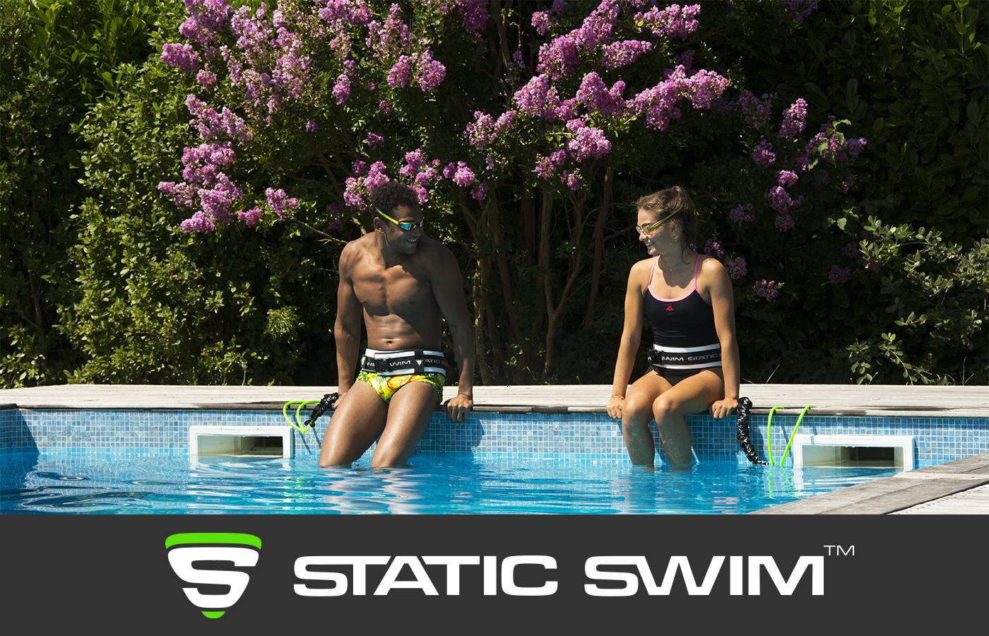 Nage sur place nageurs bord piscine